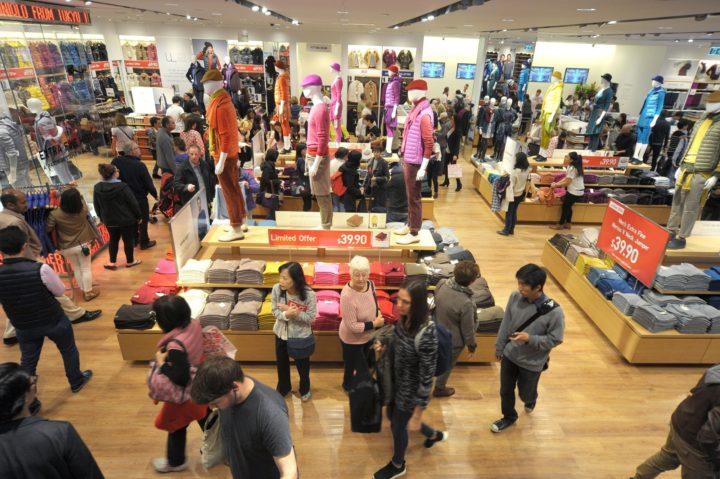 торговый автомат, футболки, пиджаки, одежда, Uniqlo, аэропорт Окленда, Калифорния, США