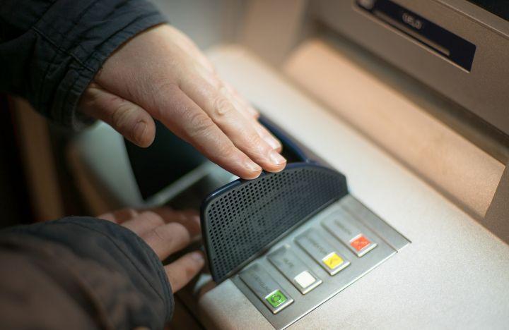 банкомат, выдал слишком много денег, избиение