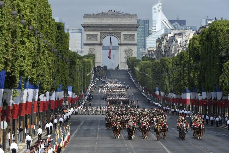 Вы когда-нибудь видели военный парад ко Дню взятия Бастилии во Франции? А вот Трамп в 2017 году видел. И даже настолько вдохновился потенциалом и мощью такого действа, что решил провести похожий военный парад, приуроченный к столетию завершения Первой мировой войны. Но вот незадача, он получился настолько дорогим, что его было принято отложить как минимум до 2019 года. Читайте также: Дональд Трамп устроил парад угроз в своем Твиттере Такое неожиданное решение изменить дату парада было связано с тем, что должностные лица Министерства обороны США заявили, что это событие может обойтись стране более 90 миллионов долларов, а бюджет Пентагона, по сведениям Reuters, явно не вписывается в такую сумму. И хотя планы по проведению военного парада даже не были до конца проработаны, в таком «сыром варианте» расходы уже превысили первоначально задуманные в три раза. Плюс ко всему, когда общественность узнала, во сколько обойдется парад, она начала критиковать его, называя слишком дорогостоящим и помпезным событием. Даже ветераны войны заявили, что им не нужен парад в их честь, если он будет стоить так дорого. Они отметили, что, если правительство хочет потратить такую сумму, то пусть лучше отдаст деньги на финансирование Департамента по делам ветеранов и предоставит войскам США и семьям солдат наилучшую помощь. А почти сто миллионов на военный парад, пока во всем мире идет борьба с терроризмом, а американские миротворцы разбросаны по всем континентам, - это непозволительная роскошь. В этих словах есть даже не доля, а стопроцентная правда. И если само население говорит, что стране есть куда девать деньги, то к ним стоит прислушаться. Разумеется, и последователи, и противники всегда будут у любой идеи. Первые будут говорить, что денег всегда на что-то не хватает, а устраивать людям праздник тоже нужно. Вторые… Ну, выше уже написано, что думают вторые. Главное, чтобы решения Трампа не были вразрез с волей народа, ведь он, как-никак, его законно избранный представитель. Если населен