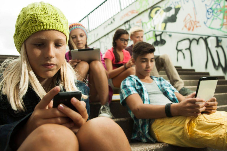 запрет мобильных телефонов, запрет смартфонов, школы Франции, Эммануэль Макрон