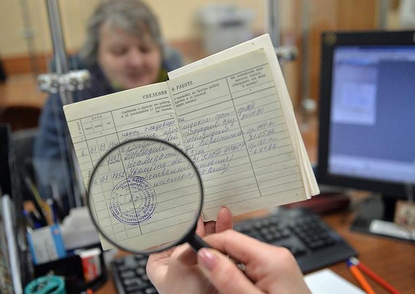 Трудовая книжка в России и Украине | Переход на электронный вариант