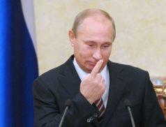 Путин трогает нос