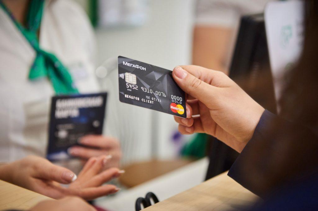 Платежная карта и рука