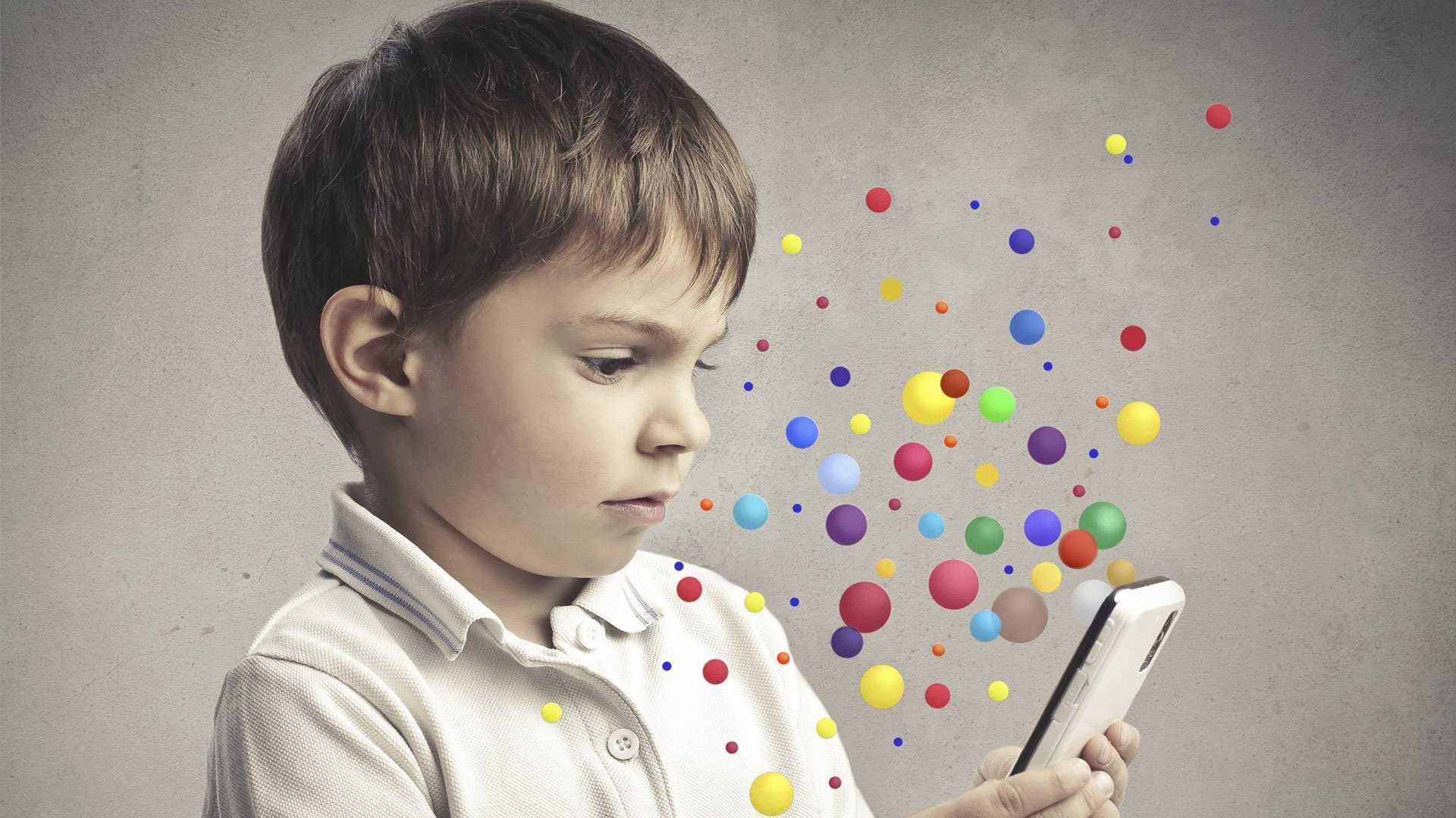 Смартфон в руках у ребенка