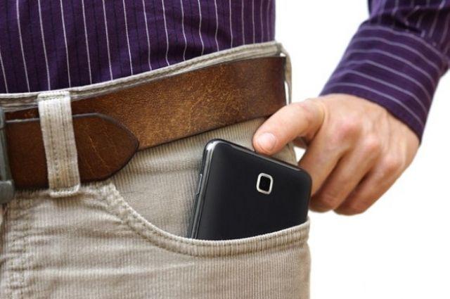 Смартфон в кармане
