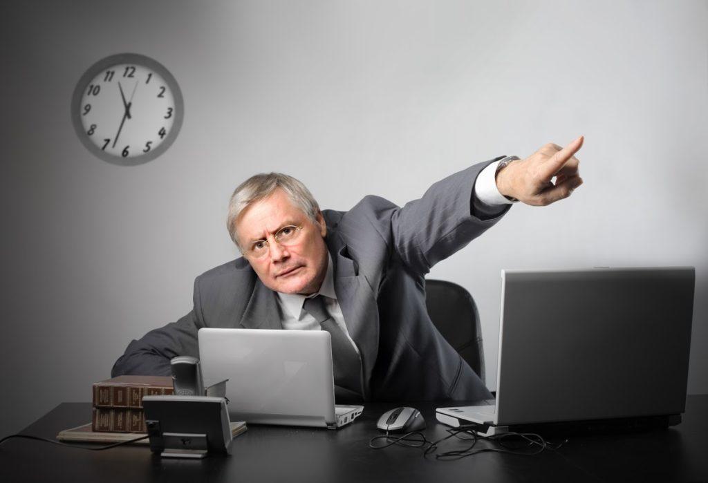 Начальник увольняет
