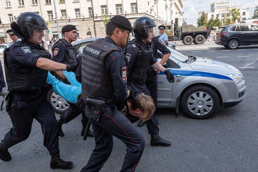 полиция на задержании