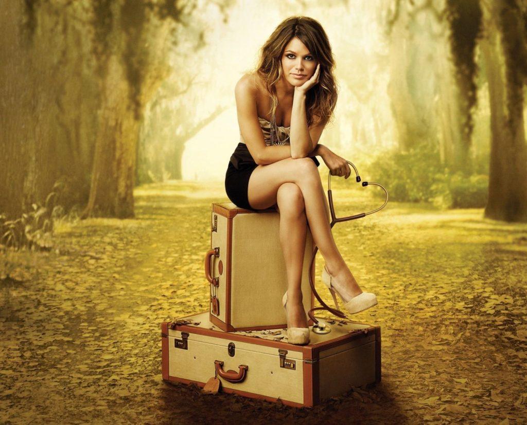Женщина на чемодане