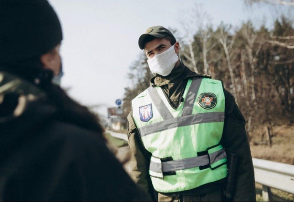 Полицейский в маске