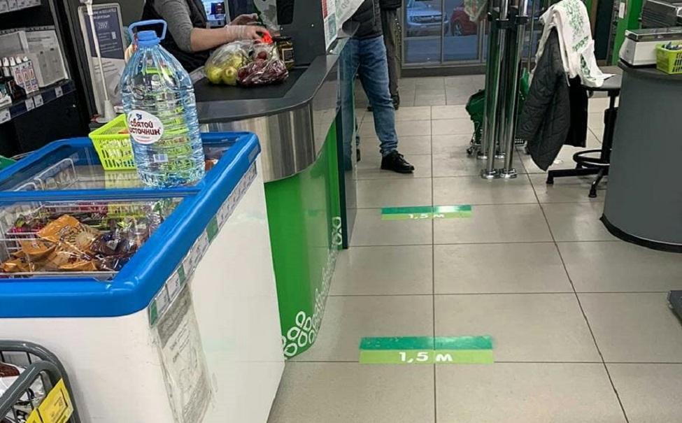 отметки расстояния на полу в супермаркете