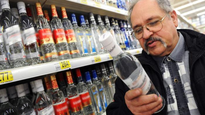 мужчина выбирает алкоголь