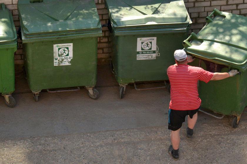 мужчина и мусорный бак