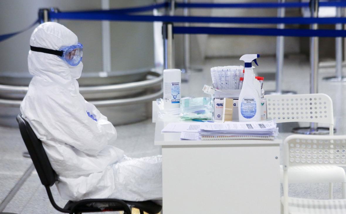 врач-инфекционист на работе
