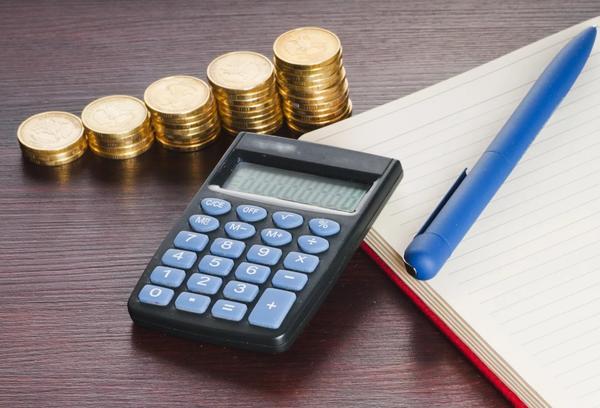 калькулятор, деньги, блокнот