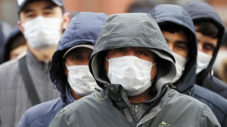 люди в медицинских масках на лицах