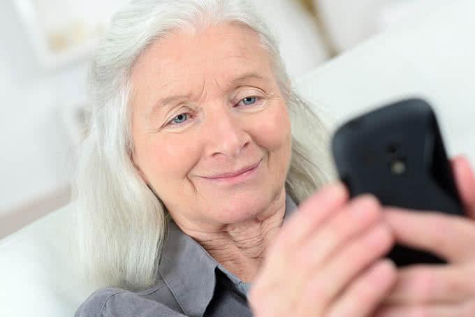 пожилая женщина с мобильным