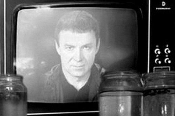 Кашпировский через экран телевизора заряжает банки с водой