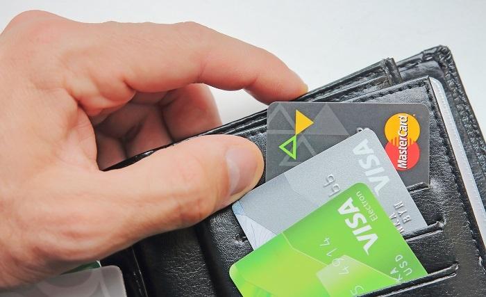 банковские карты в кошельке
