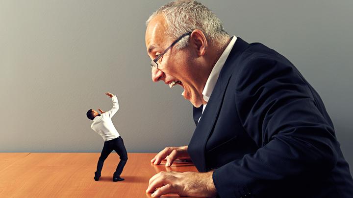 начальник кричит на подчиненного