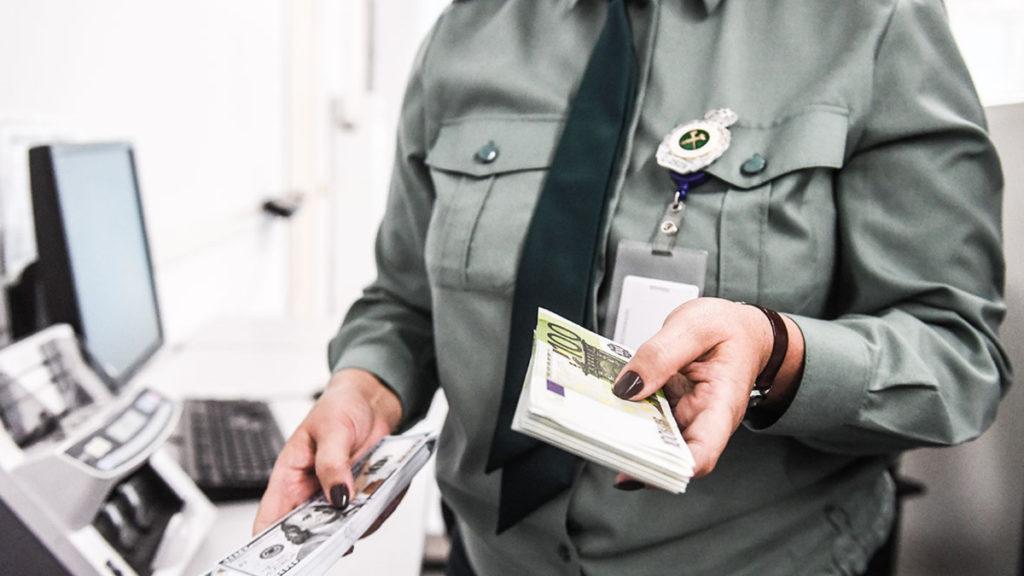 пограничница с деньгами в руках