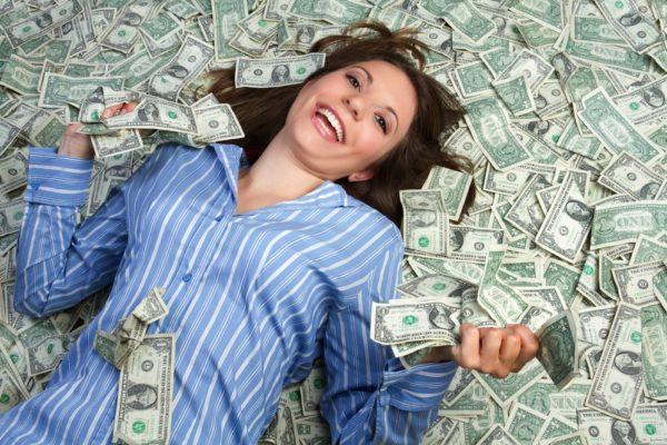 девушка купается в деньгах