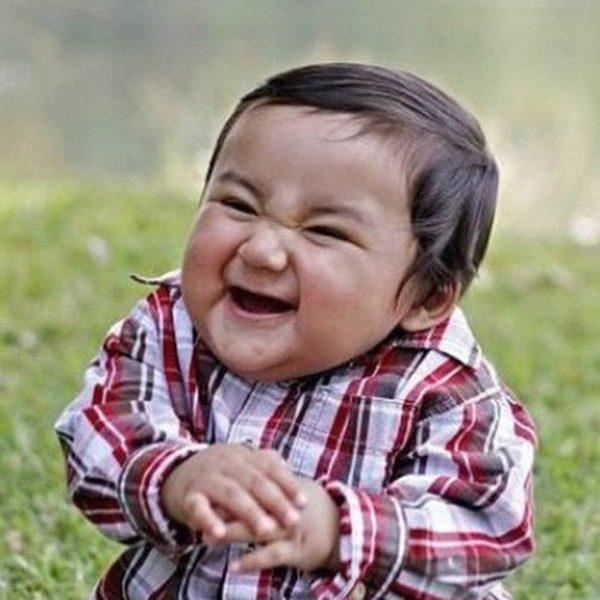 ребенок ехидно смеется