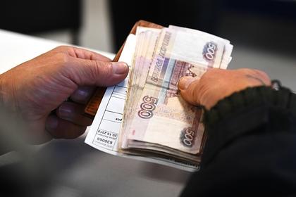 деньги в руках у старика