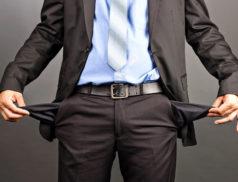 мужчина с пустыми карманами
