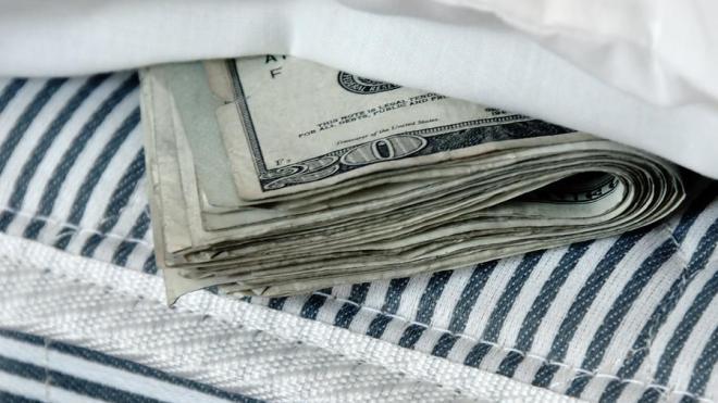 доллары под матрасом