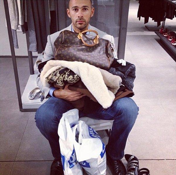 мужчина устал от шопинга подруги