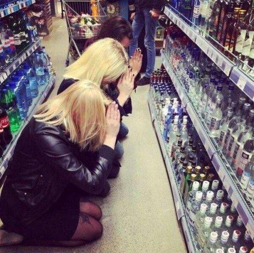 девушки молятся на бутылки в супермаркете