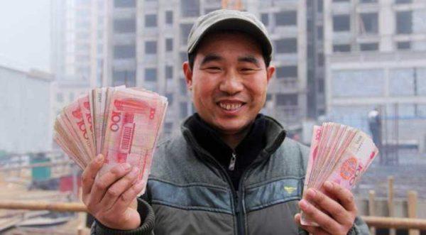 китаец с рублями