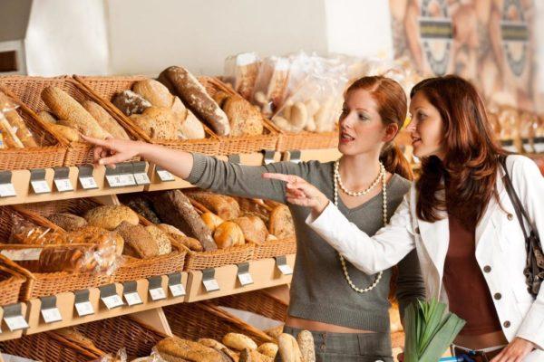 девушки выбирают хлеб