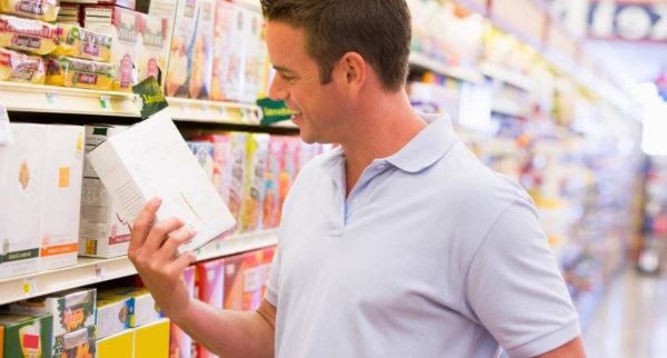 покупатель читает этикетку