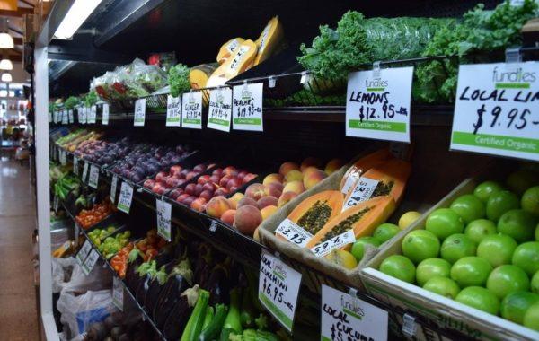 овощи и фрукты на полке супермаркета