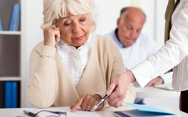 пенсионер подписывает документы