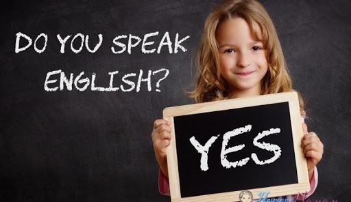девочка учит английский язык