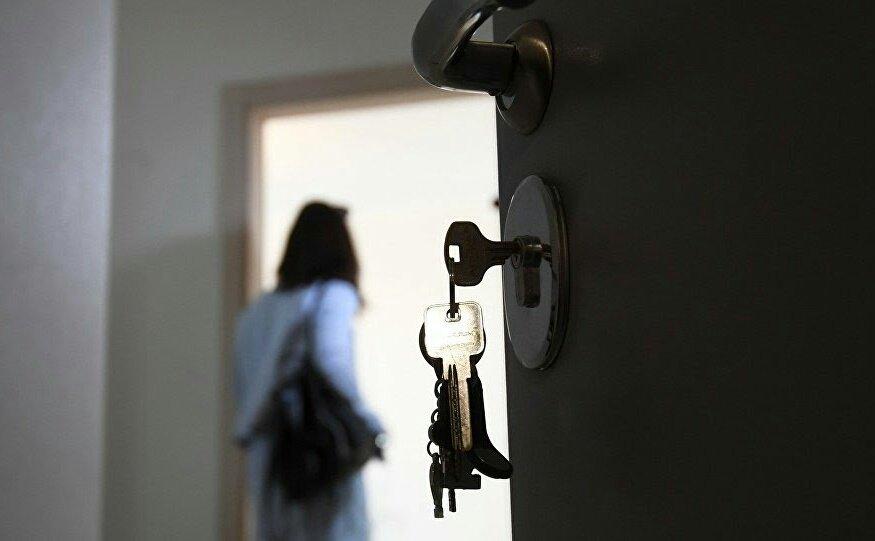 женщина в квартире с открытой дверью