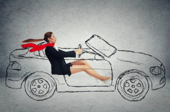 девушка едет в воображаемой машине
