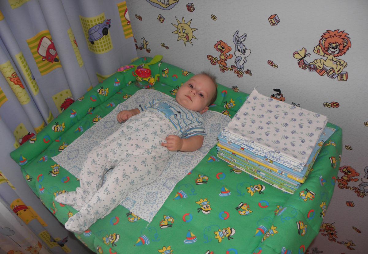 ребенок на пеленальном столике
