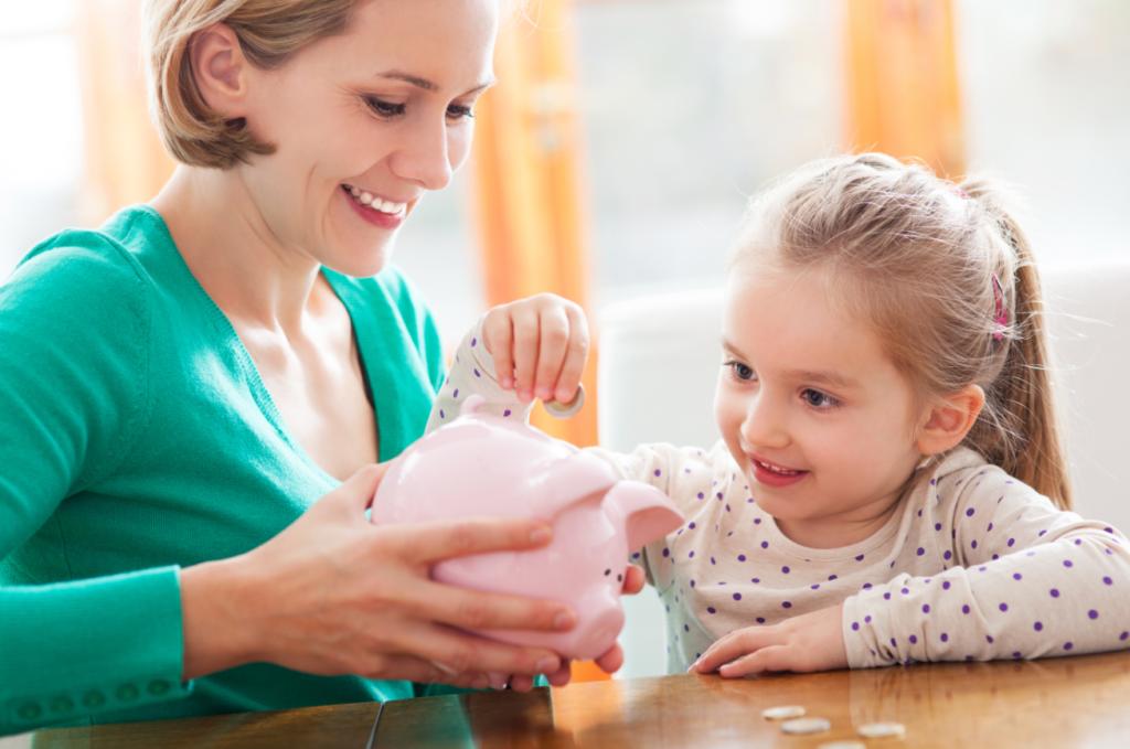 Мама и дочка экономят