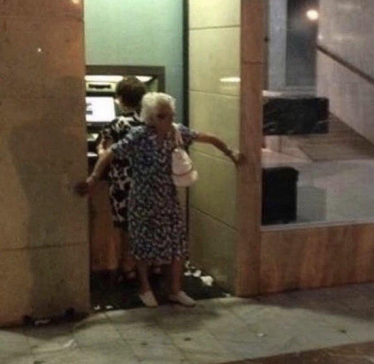 прикол бабушки снимают деньги