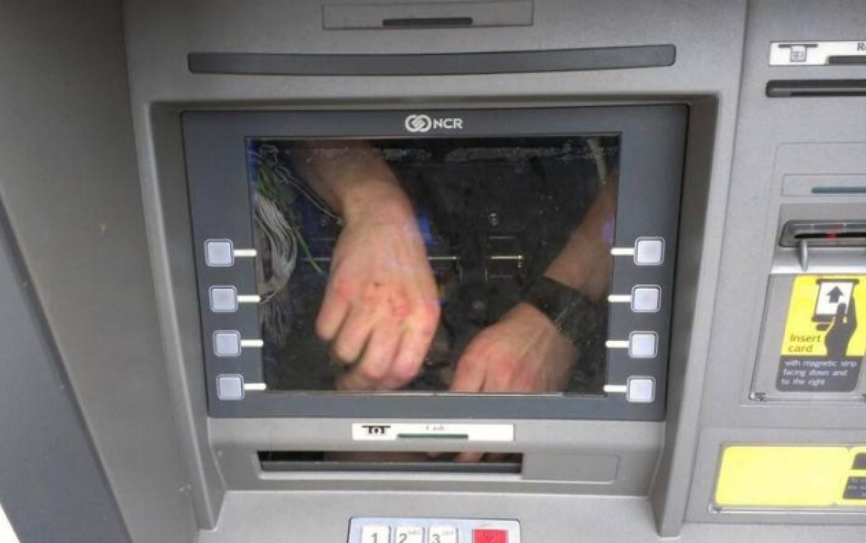 чинить банкомат изнутри
