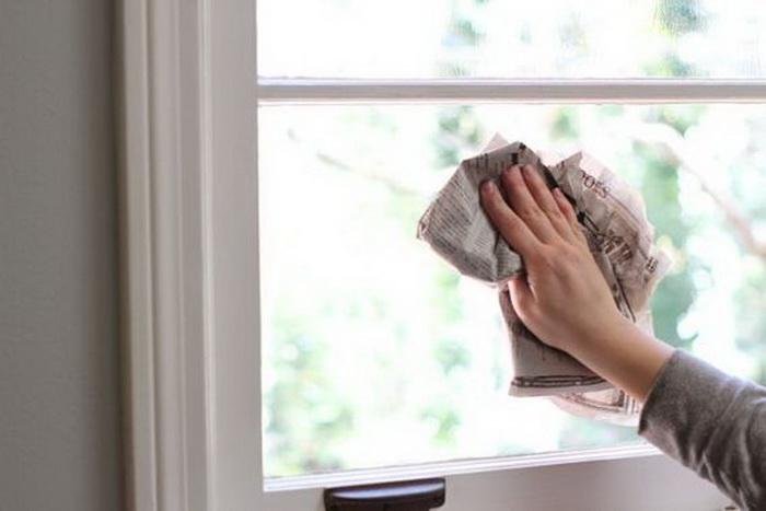 вытирать окно газетой