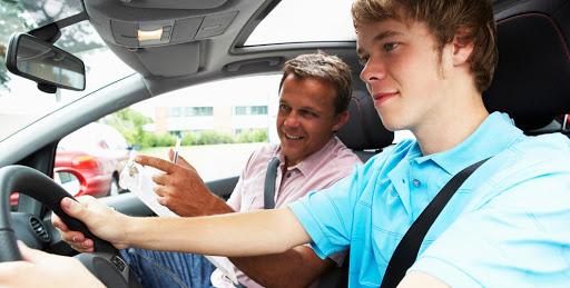 Инструктор и ученик в авто