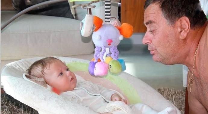 дедушка играет с внуком