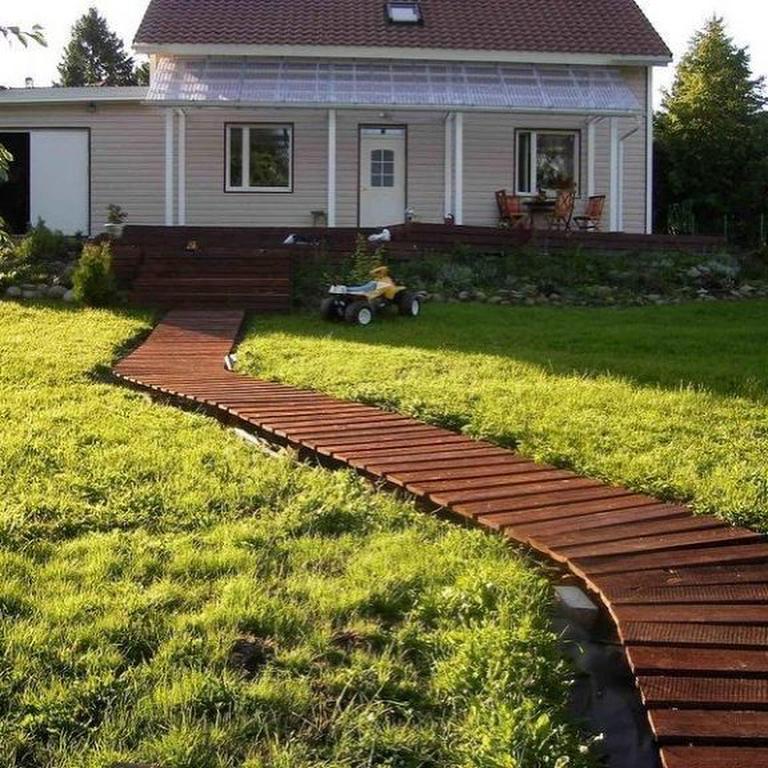 садовая дорожка из деревянных поддонов