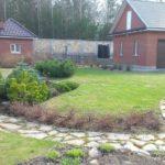 дачный участок с садовой дорожкой