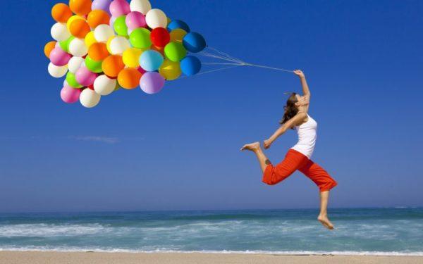 девушка бежит с шарами