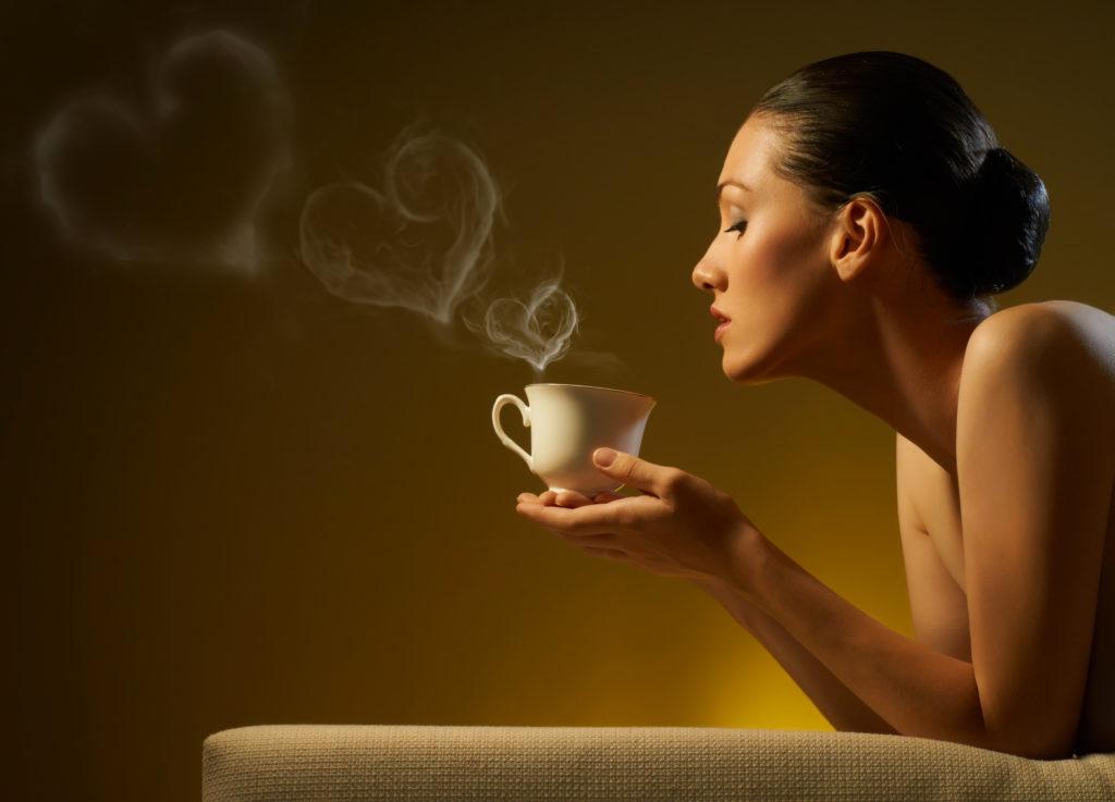 Девушка и ароматный кофе